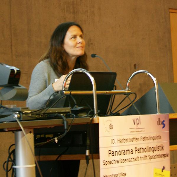 Prof. Dr. Angela Grimm bei den Fragen